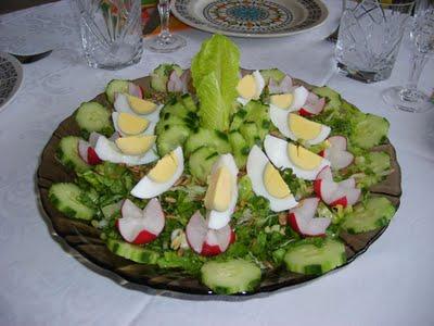 Пролетна салата с маруля, краставици, репички, пресен лук и варени яйца.