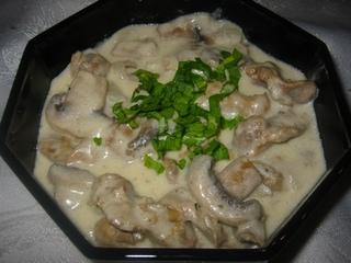 Пилешки воденички със сметанов сос и гъби
