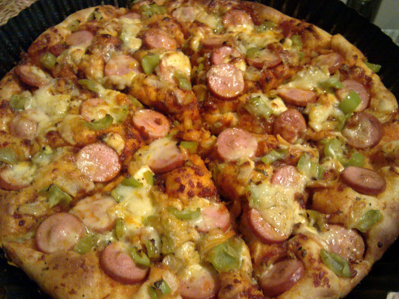 Пица с колбас, зеленчуци и сирена