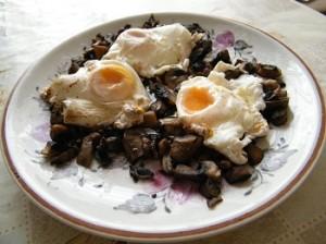 Яйца по панагюрски върху задушени гъби