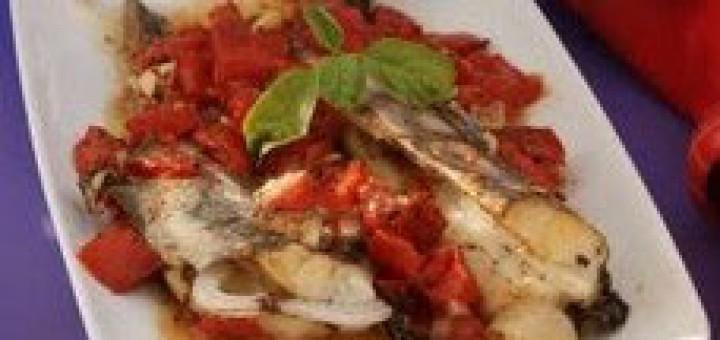 Печена риба с бяло вино, домати и босилек