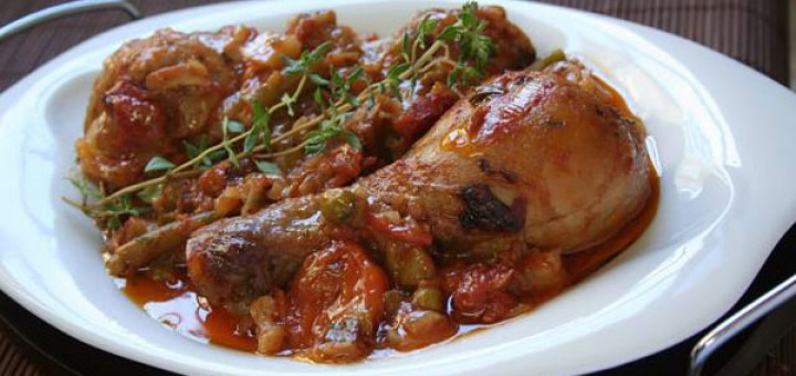 Печени пилешки бедра в доматен сос