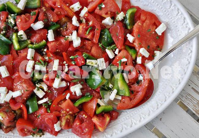 Салата от пиперки и домати с медена поливка