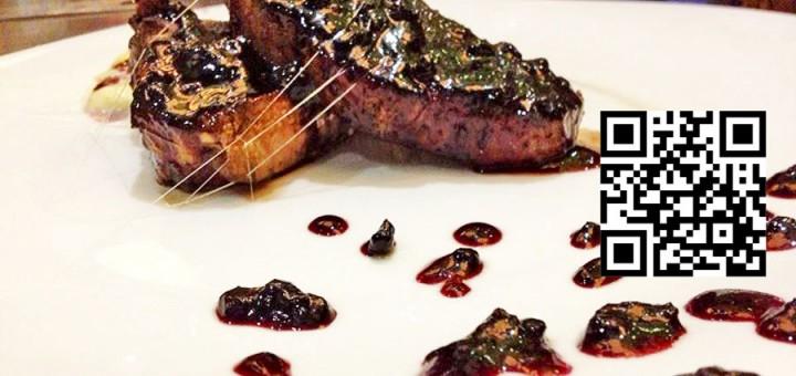 Свински врат със сос от боровинки и моцарела