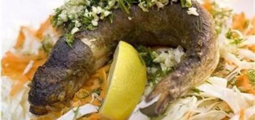 Пържена риба върху канапе от зеле
