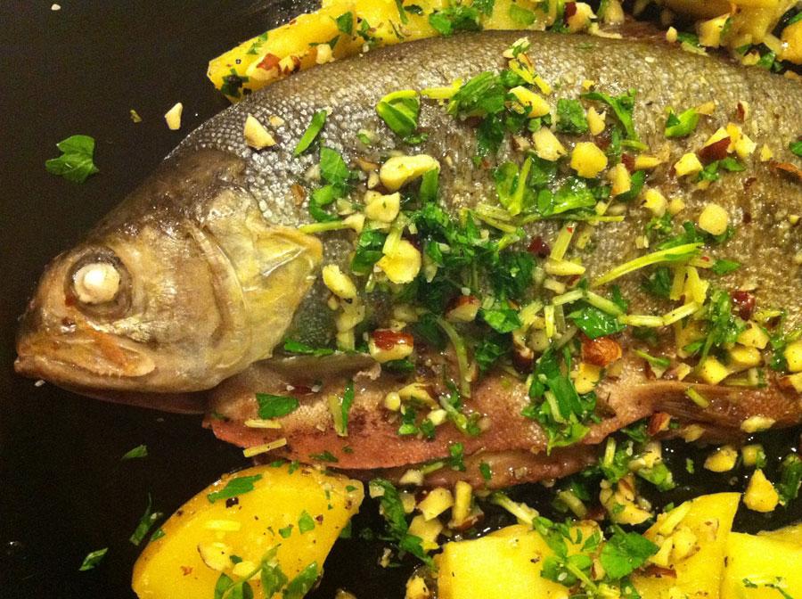 Рецепта за Печена пъстърва в червено вино със зеленина и лимонови резени